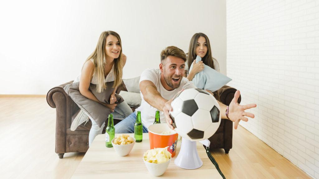 Representación visual de la felicidad de ver un partido de fútbol en una casa con domótica