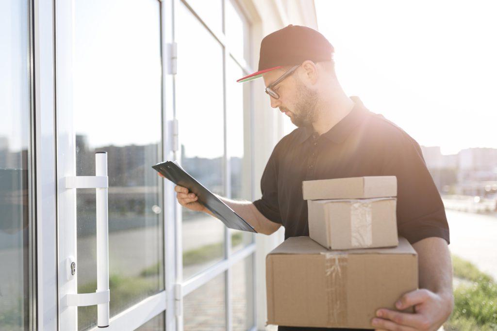 Representación visual de la entrega de un paquete en una casa en la que los propietarios no están