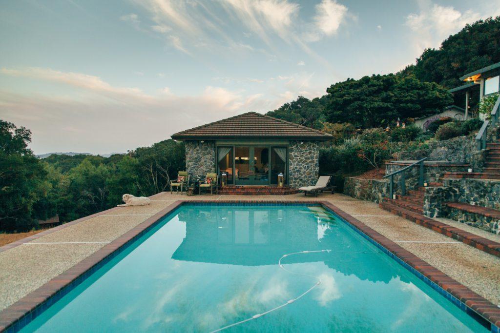 Representación visual de una piscina bien cuidada