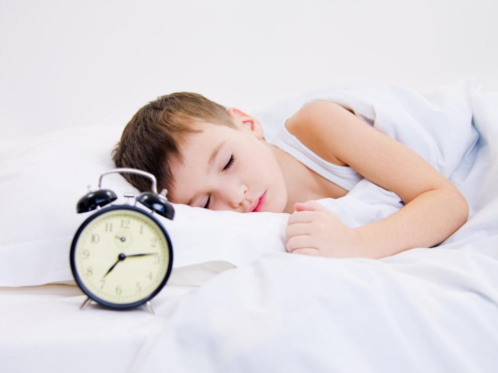 Representación visual de un niño pequeño descansando gracias a la domótica